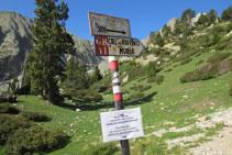 Senyalització del GR11 que hi ha poc abans d´arribar al refugi.