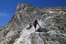 Avancem per una curiosa roca blanquinosa.