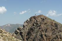 Excursionistes al cim del pic Negre d´Envalira des del pic d´Envalira.