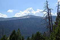 Al capdamunt es veu el cim de la Torreta de l´Orri, amb les seves dues torres de telecomunicacions.