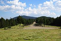 Un dels camins es dirigeix al S, cap al Prat Muntaner.