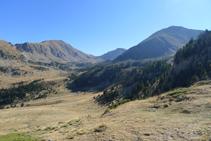 Vistes cap al SE: al fons el Tossal de la Truita o pic de Perafita (2.752m), el coll de Claror i el Monturull (2.759m).