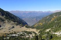 Vistes de la vall de Perafita, la zona d´Engordany (al fons de vall) i les muntanyes de la parròquia de la Massana.