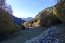 Baixem pel marge dret (N) de la vall del Madriu.