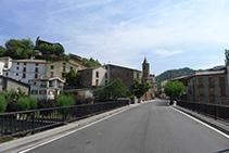 Creuem el pont del riu de Sarroca o Bòssia.