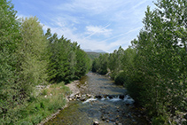 Creuem el riu Flamisell.