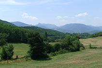 Vistes de la serra de Sant Gervàs (al fons) des de la carretera de Mentui.