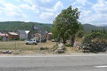 Creuem la carretera principal L-503 i agafem un caminet que ens porta fins al centre del poble.