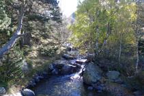 Creuem el riu Sorteny.