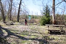 Zona equipada amb dos bancs de fusta.