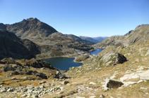 Vistes dels estanys de Juclar i el pic de Siscaró des de la collada de Juclar.