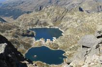Els estanys de Juclar als peus de la piràmide del pic d´Escobes.
