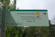 Senyal vertical que ens indica el camí cap als estanys de la Pera.