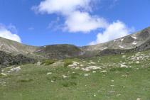 Avancem per un terreny de pastura amb el coll de Perafita a davant nostre.