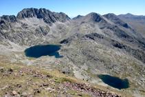 Panoràmica dels dos estanys del Pessó des del cim del Tuc dels Carants (2.791m) (fora de ruta).