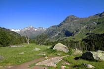 A mesura que anem guanyant alçada milloren les vistes que tenim sobre les muntanyes que ens envolten.