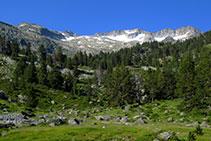 Vistes al massís de la Maladeta: glacera de la Maladeta, pic de la Maladeta, pic de la Rimaya, pic Cordier, pic Sayó, pic Mir...