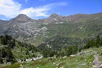 Des del refugi baixem cap a la Besurta, visible al fons de la vall.