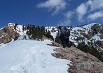 Abandonem lleugerament la cresta i pugem la Roca Blanca per unes rampes de la cara sud.