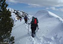 Quan la neu és abundant es formen espectaculars cornises, recomanem estar ben atents.
