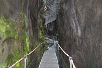 1.500m de passarel·la metàl·lica ens permeten descobrir el canyó.