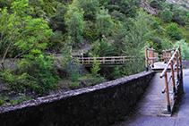 Pont de fusta que creua el riu.