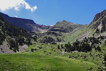 La capçalera de la vall, amb el pic de Perafita (2.752m) i el Monturull (2.759m).