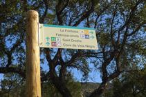 Detall del senyal. Nosaltres seguim recte pel camí de Sant Onofre (itinerari 8).