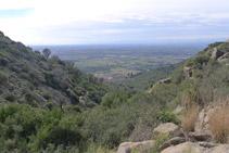 Mirada enrere des del rec de Sant Onofre: veiem la plana empordanesa.