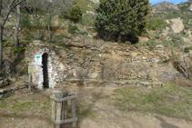 Al darrere de l´ermita hi ha una font i uns bancs de pedra.