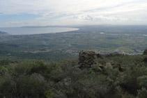 A la nostra dreta, seguim gaudint de bones vistes del golf i la plana empordanesa.