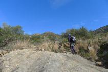 Passem per sobre d´unes grans lloses de pedra.