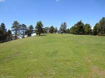 A l´esquerra del camí hi ha el petit cim del Cap del Ras (1.718m).