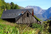 Casa a Bausen amb la vall de Toran al fons.