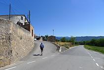 Abandonem la carretera i entrem al veïnat del Roser.