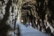 Caminant per l'interior del primer túnel.