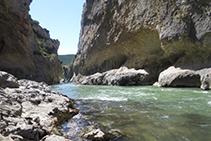 Baixem fins a la llera del riu.
