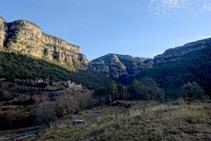 Al bell mig de la Valldora, amb les masies del Solà, Cal Teixidor i les cingleres al fons.