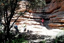 Una aturada tot remuntant el camí de l´Escala de Busa, amb la paret de roca mostrant tots els seus estrats.