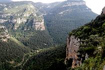 L´enclotada Valldora tot davallant cap a Sant Pere de Graudescales.