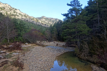 El bonic riu Aigua d´Ora discorre pel fons de la vall.