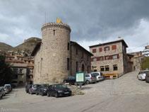 Entrada al poble de Castellar de n´Hug amb la Casa de la Vila.
