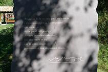 Poema de Miquel Martí i Pol gravat en una pedra. Escultura de Toni Comella.
