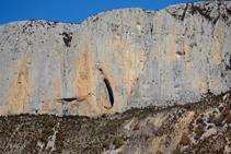 La cova del Sanat o de les Ovelles vista de lluny: en el seu interior hi trobem la pintura rupestre de l´Home de la Terreta.
