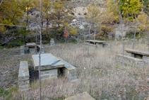 Zona amb taules i banc per a poder fer un pícnic.