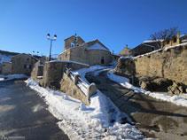 Plaça principal i església de Dorres, al centre del poble.