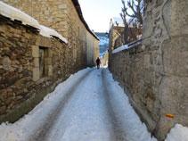 Primers passos pels carrers estrets de Dorres.