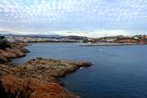La platja i el port de Sant Feliu de Guíxols.