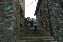 Girem cap a l´esquerra per un carrer amb escales de pedra.