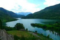 Embassament de Lanuza, poble de Lanuza i serra de Tendeñera al fons.